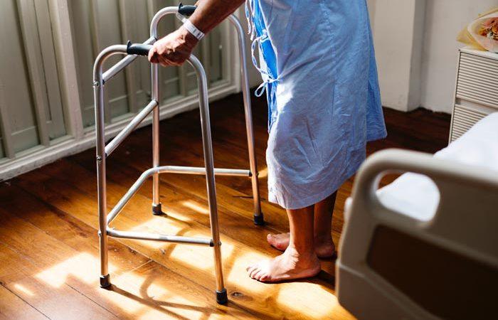 Le déambulateur pour les séniors : plus qu'un accessoire de marche